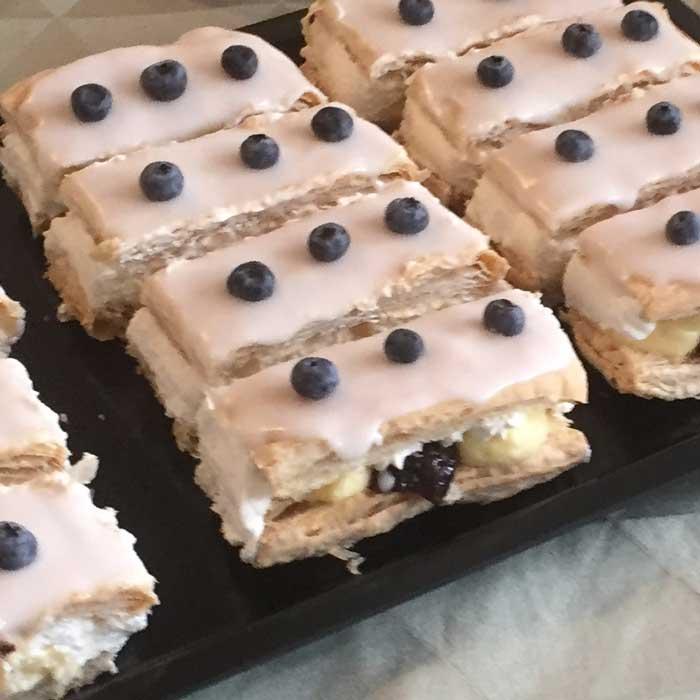 Vi serverer også kage til kaffen. Og vi bager dem selv!